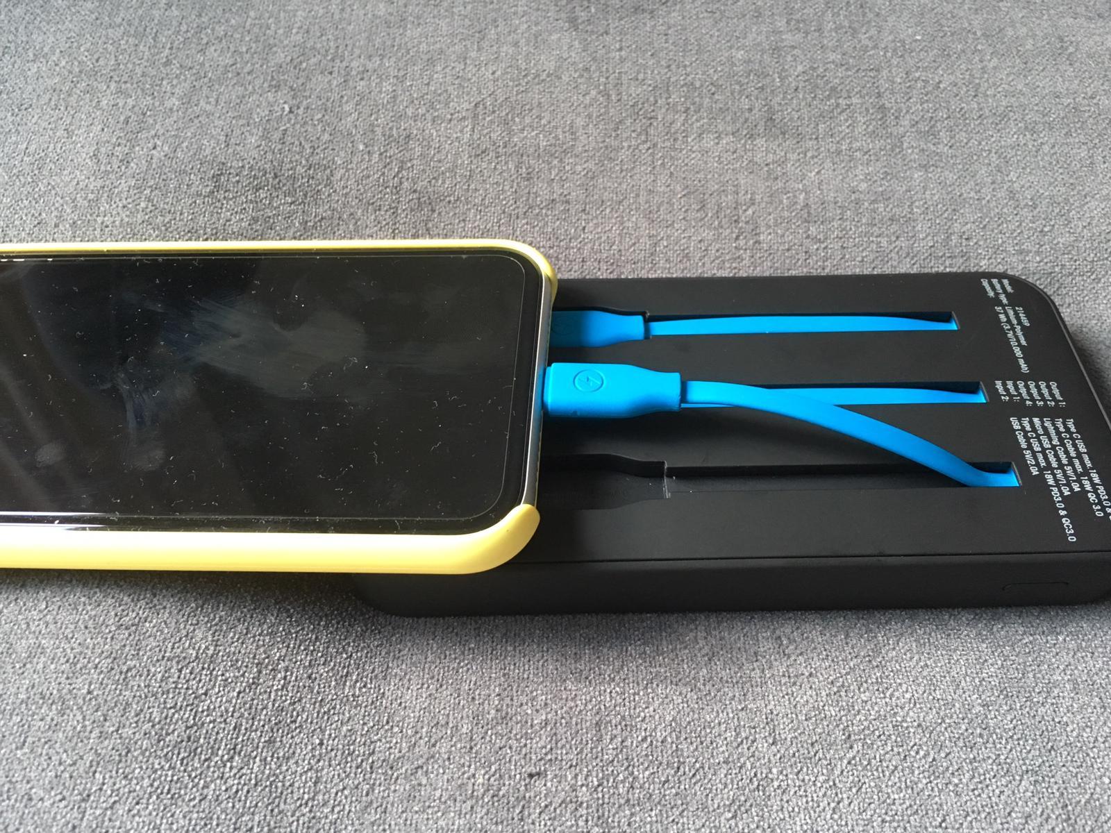 Powerbanks im Vergleich - Das Smartphone lässt sich nur unhandlich an die Xlayer Powerbank anschließen. / Image by Moritz Stoll