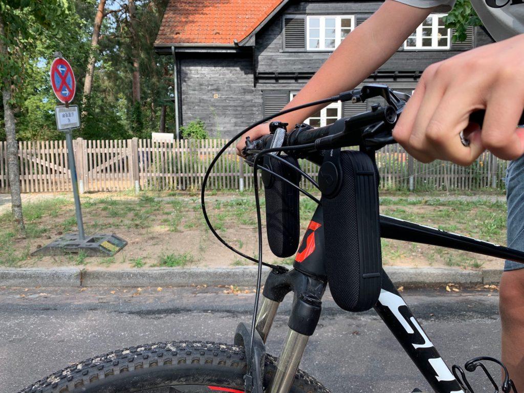 Zwei Soundcore Icons am Fahrrad