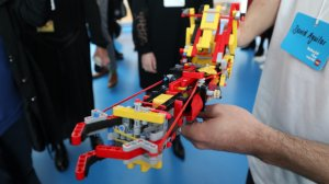 David Aguilar demonstriert seine Armprothese aus Lego / Image by Julia Froolyks