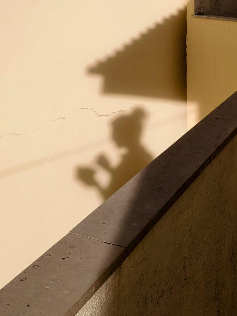 Schatten eines Menschen der gerade frühstückt