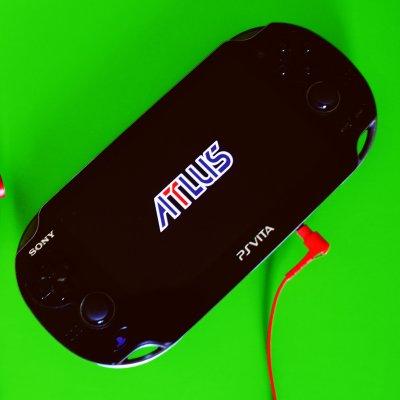 Die Playstation Vita mit einem Spiel von Atlus