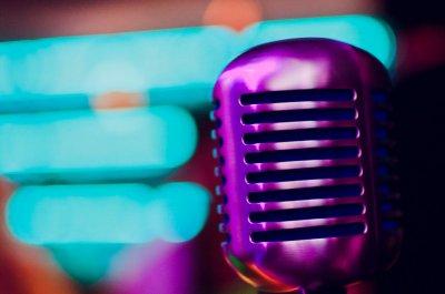 Mikrofon in lila Licht getaucht