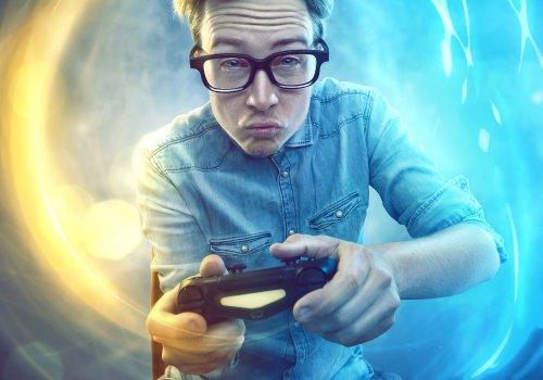 Mann der beim zocken die Power spürt. Titelbild des Artikels für Tipps zum eigenen Let's Play Kanal