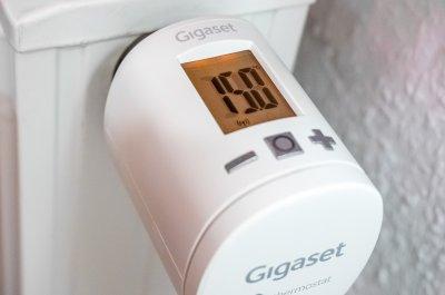 Gigaset Smart Thermostat im Test am Heizkörper
