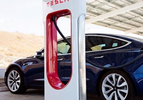 Ein Tesla E-Auto an einer Aufladesäule.