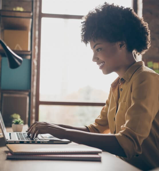 Frau die im Homeoffice am Laptop arbeitet