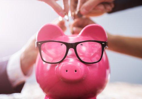 Mehrere Personen zahlen in ein Sparschwein ein