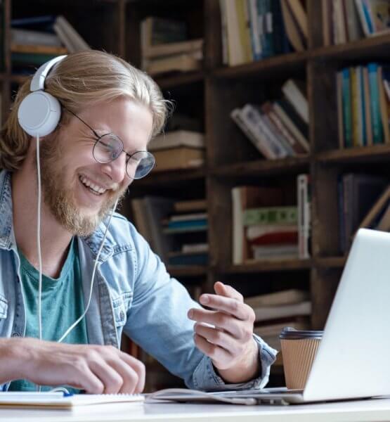Man beim selbstständigen Lernen / Bild von insta_photos via.adobe.stock