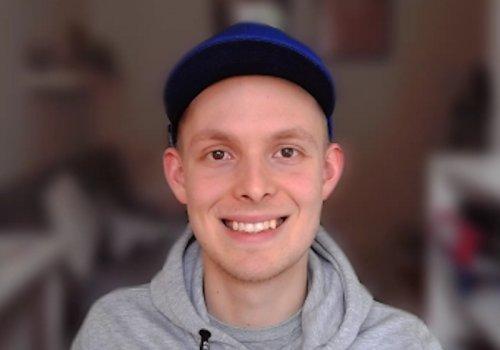 Mann vor weichgezeichnetem Hintergrund in Skype