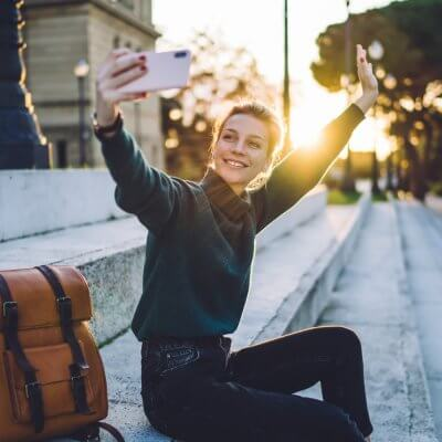 Instagramerin macht ein Selfie von sich.