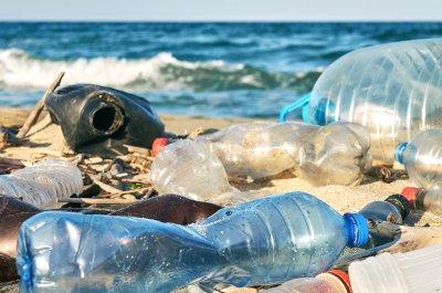Plastikmüll am Strand - Titelbild für Artikel zu ReplacePlastic / Bild von marina_larina via stock.adobe.com