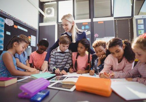 Schulkinder - Titelbild für Digitalisierung in der Schule von wavebreak 3 via Adobe Stock