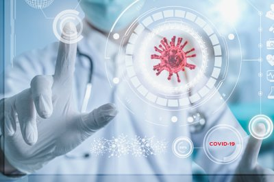 Ein Arzt arbeitet mit Zukunftstechnologie.
