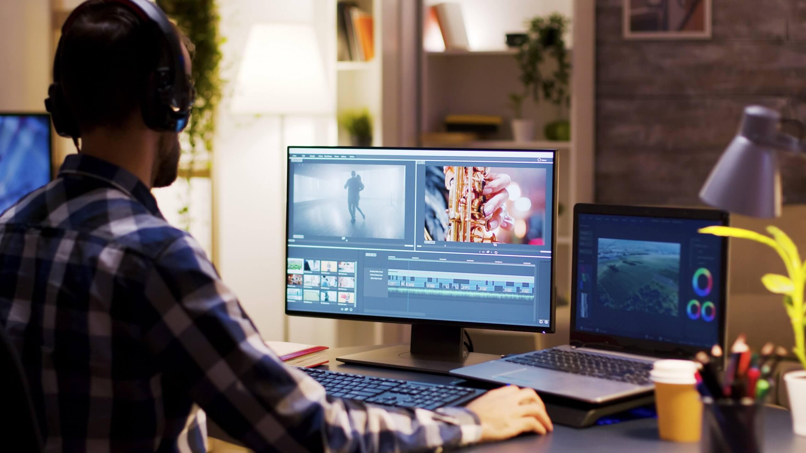 Man bearbeitet Videos am Laptop