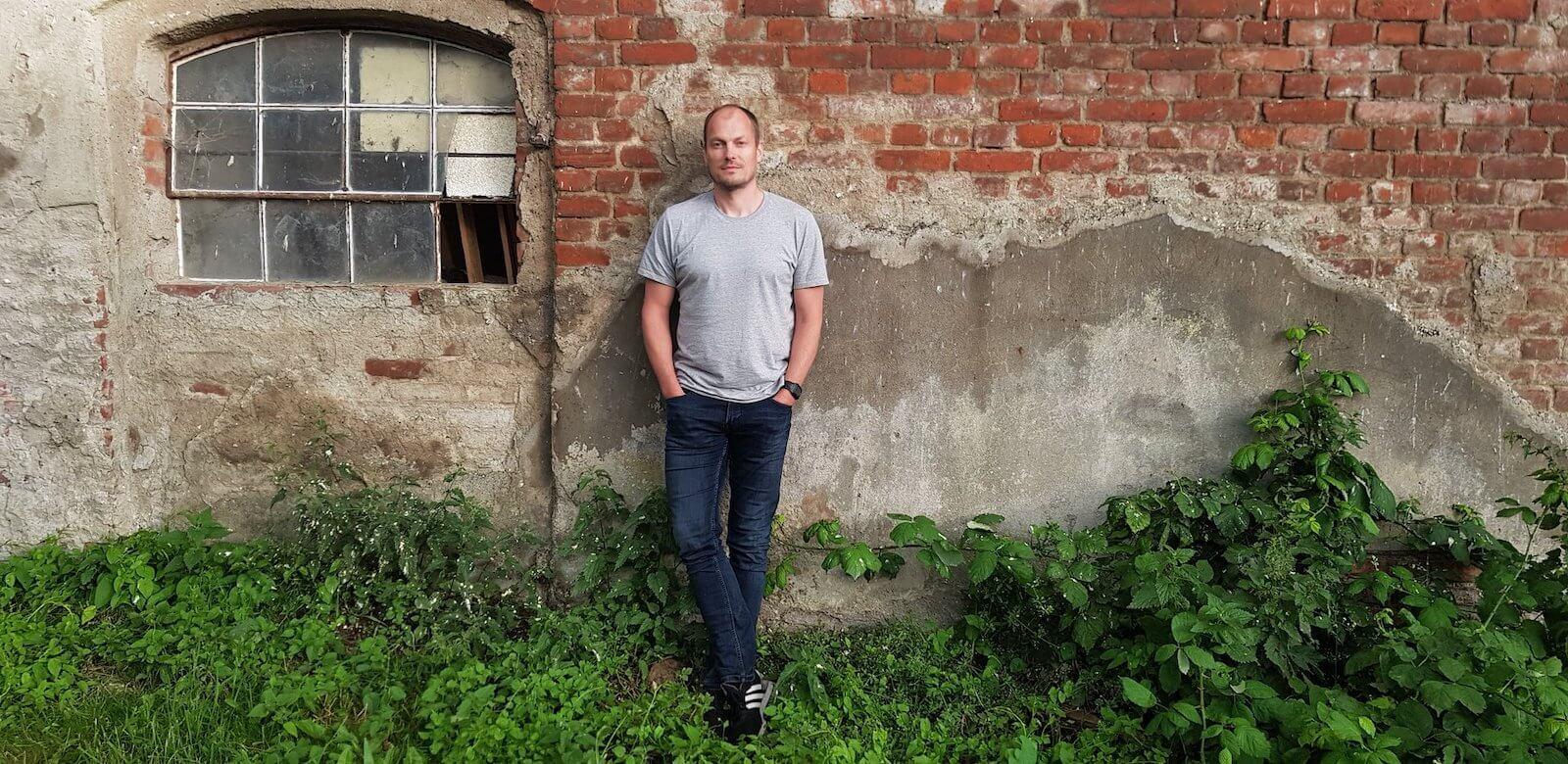 Christer Lorenz vor einer Wand