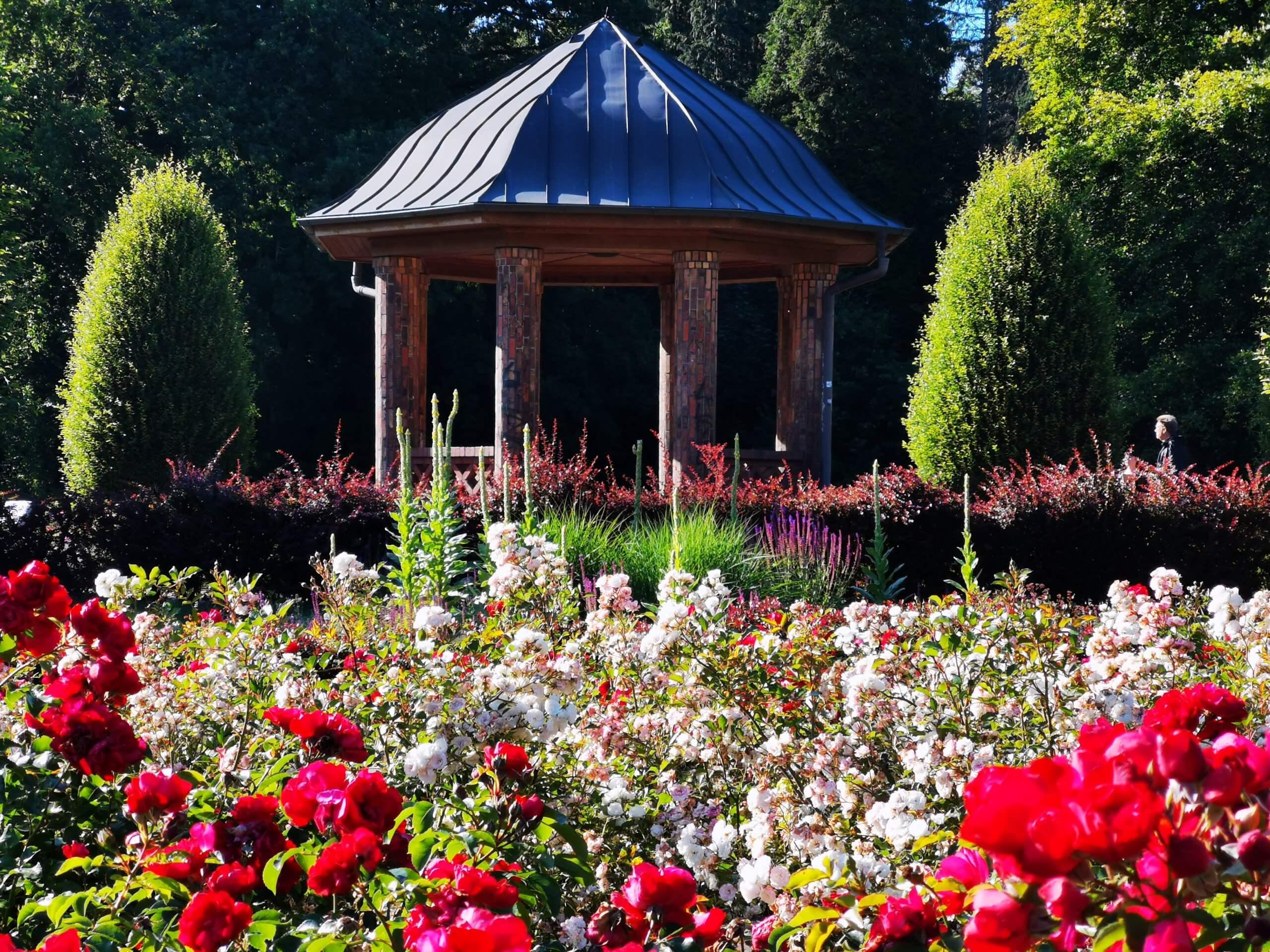 Ein schöner Pavillon in einem Park.
