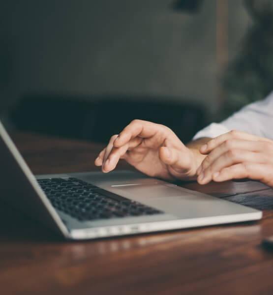 Titelbild Office Laptops von Rymden via Adobe Stock