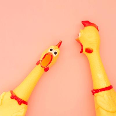 """Zwei schreiende Gummi-Hühner vor einer rosanen Wand - Titelbild zu """"Pranks - Unterhaltsam oder einfach nur fies?"""" / Foto von © bodnarphoto via Adobe Stock"""