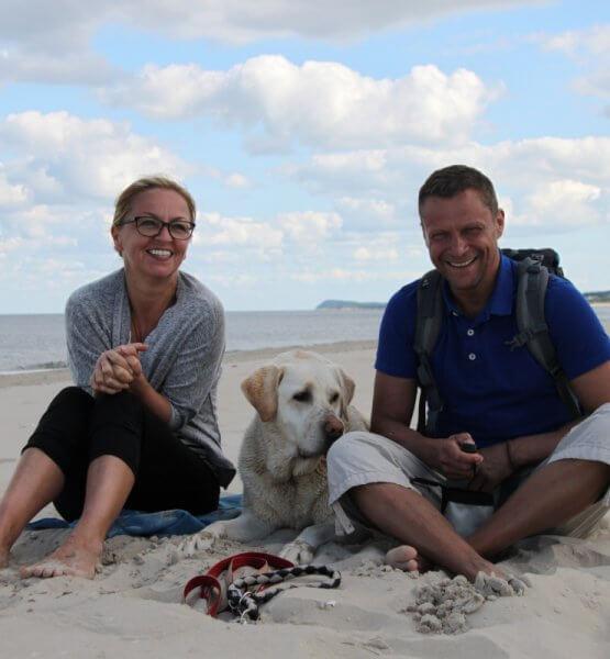 Dogsharing-Plattform Titelbild / Mann und Frau mit Hund am Strand