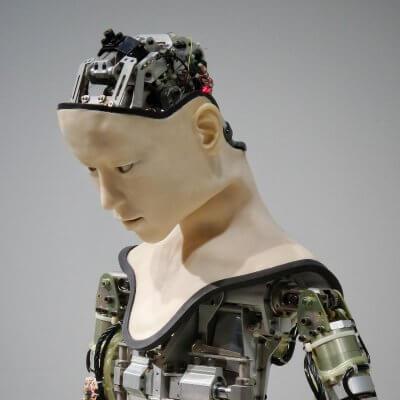 """Roboter mit menschlichem Gesicht - Titelbild zu """"Wie voreingenommen ist KI"""" / Foto von Franck V. via Unsplash"""
