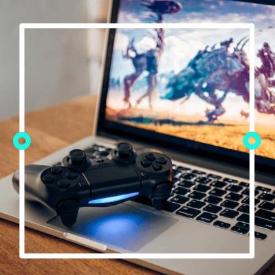 Ein Playstation 4 Controller auf einem Gaming Laptop