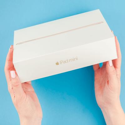 """Weibliche Hände halten eine iPad Mini Box - Titelbild zu """"iPad Mini der 5. Generation (2019) - Passt die kompakte Technik zu jedem?"""" / Foto von © dvoevnore via Adobe Stock"""