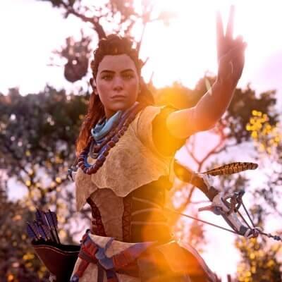 Charakter von Horizon Zero Dawn posiert mit Victory-Geste