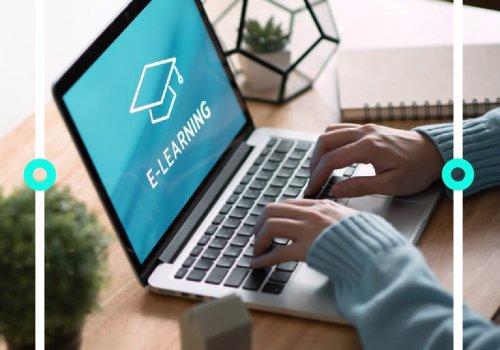 """Tippende Hände an Laptop - Titelbild zu """"Die besten E-Learning -Kanäle auf YouTube"""" / Foto von oatawa via Adobe Stock"""