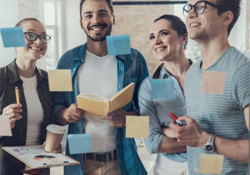 Titelbild zum Founderzone-Artikel, Vier Personen arbeiten gemeinsam. / Image by Yakobchuk Olena via stock.adobe.com