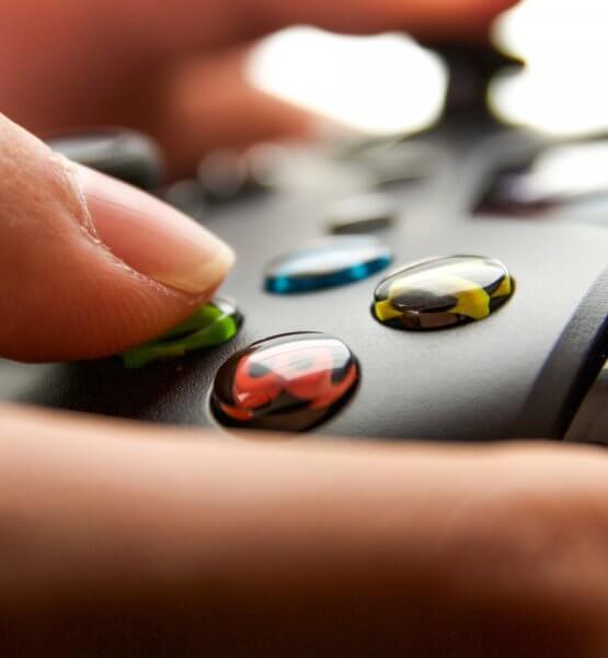 Ein Xbox Controller in den Händen