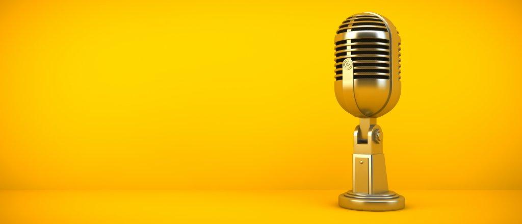 Zeigt ein Mikrofone was du zum erstellen deines eigenen Podcast benötigst