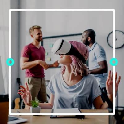 Frau mit VR-Brille / Twitterbild zu WebVR mit A-Frame
