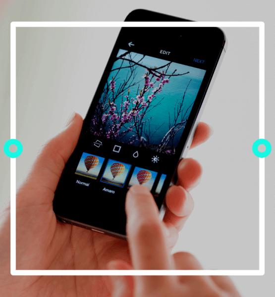 """Ein Handy wird gehalten und auf dem Display ist die Bearbeitungsansicht von Instagram zu sehen - Titelbild zu """"Die besten Apps für Instagram"""" / Foto von © bloomicon via Adobe Stock"""