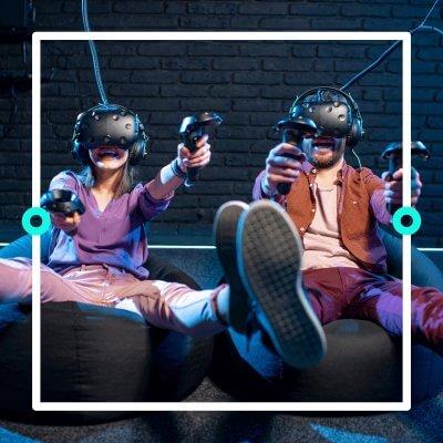Zwei Freunde spielen VR-Games.
