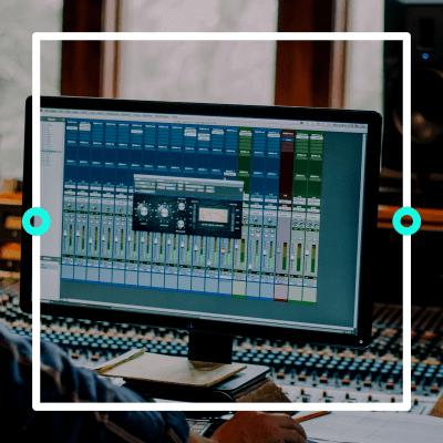 """Monitor mit DAW zu sehen - Titelbild zu """"Musik produzieren: Die besten DAWs für Anfänger*innen"""" / Foto von © Mike via Adobe Stock"""