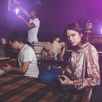 Vier Freunde auf der Suche nach Hinweisen in einem Escape Room