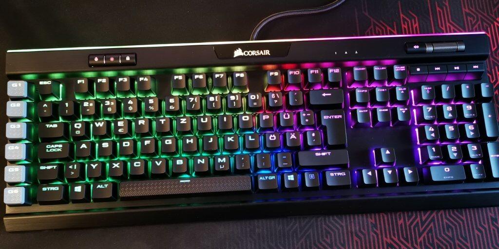 Eine mechanische Tastatur leuchtet in allen Regenbogen-Farben