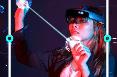 Eine Frau mit etwas VR-Brillen ähnlichem bearbeitet was in der Luft