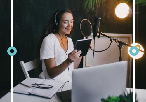 """Frau mit Kopfhörern und Mikro - Titelbild zu """" Aufbau von Podcast-Episoden, die im Kopf bleiben"""" / Foto von © polinaloves via Adobe Stock"""
