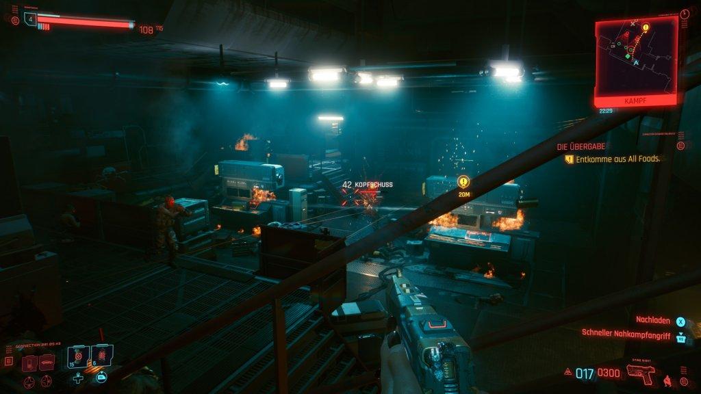Ein Kampf in einer brennenden Halle.