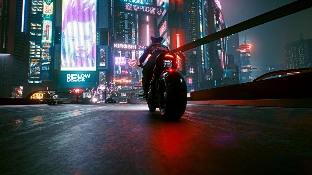Cyberpunk 2077: Mit dem Motorad auf einer Brücke in Night City