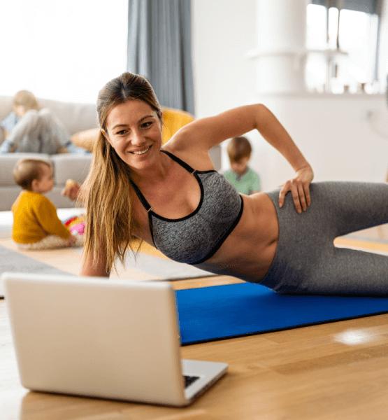 Frau macht ein Workout zu Hause