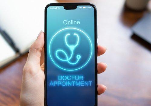"""Hand mit leuchtendem Smartphone Bildschirm -Titelbild zu """"Arzttermine online vereinbaren - Wie funktioniert der Arztbesuch per Klick?""""/ Foto von ©WrightStudio via Adobe Stock"""