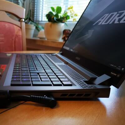 Ein Gigabyte Aorus Laptop von der Seite