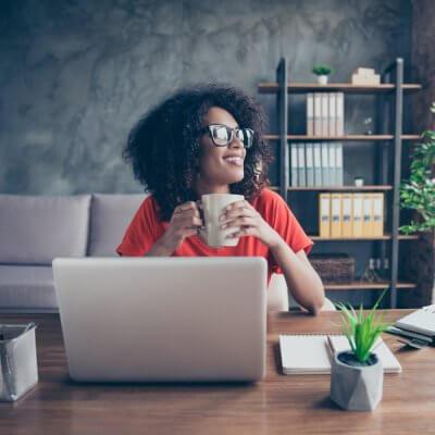 Eine Frau genießt beim Kaffee die Work-Life-Balance im Homeoffice
