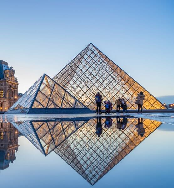 Titelbild für den Artikel über die Google Arts & Culture App - Zu sehen ist der Louvre in Paris beim Sonnenuntergang. Bild von Netfalls via Adobe Stock