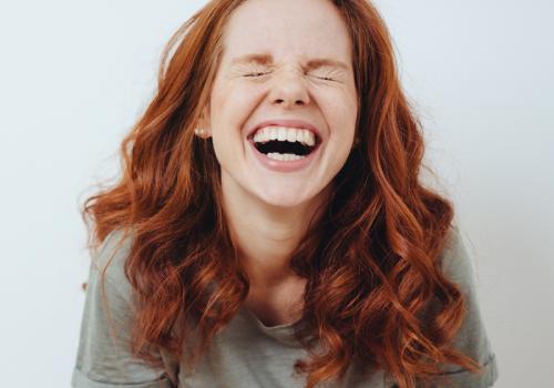 Rothaarige Frau lacht herzlich // Titelbild: Meme-Seiten Artikel