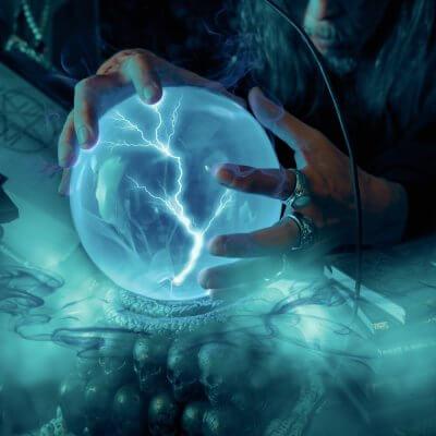 Magische Kugel in den Händen eines Magiers