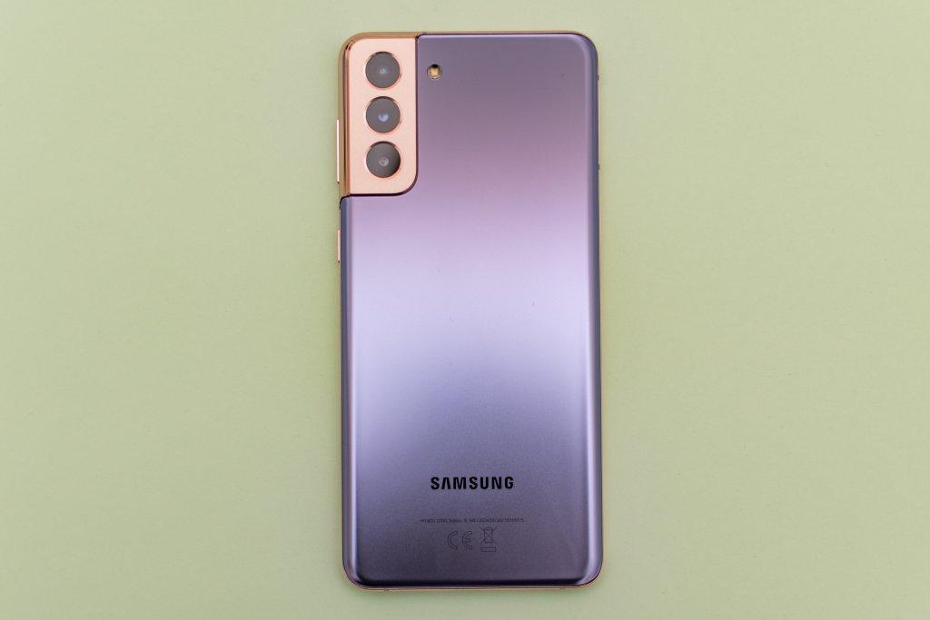 Das Samsung Galaxy S21 Plus 5G gibt es unter anderem in einer extravaganten lilafarbenen Variante mit goldenem Rahmen.