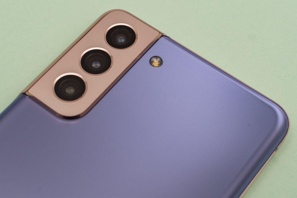 Die Dreifach-Kamera erzeugt einen deutlichen Kamera-Buckel.